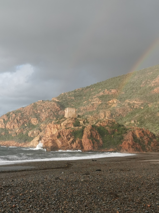 La photo du jour : Un immense  arc en ciel illumine la plage de Ota