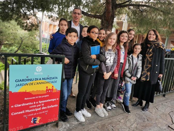 Les enfants du conseil municipal inaugurent un espace dans le parc de l'Annonciade.