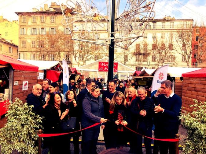 EN IMAGES - La foule déjà au rendez-vous pour l'ouverture du marché de Noël de Bastia
