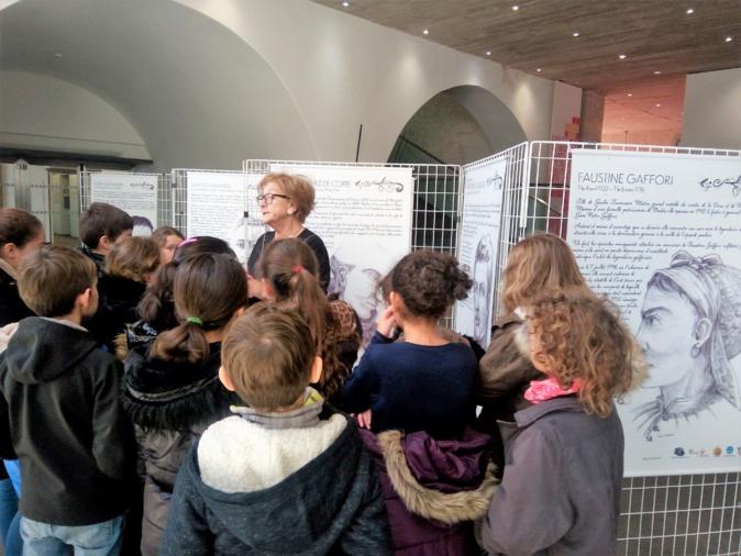 Mme Zucarelli devant l'exposition de la CPIE et les élève de cycle 3