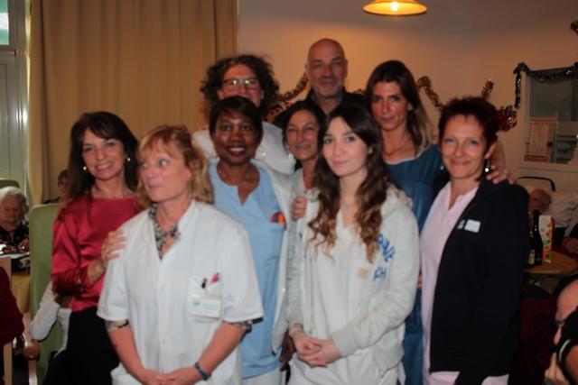 Hélène Astolfi (à gauche) et le Dr François Agostini entourés du personnel de l'USLD
