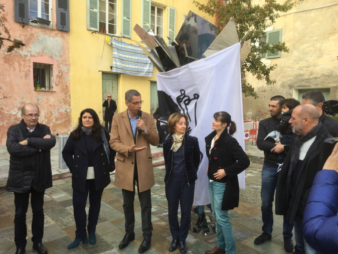 Le maire de Bastia, Pierre Savelli, entouré de ses adjoints et de l'artiste Jeanne de Petriconi (à droite) a dévoilé l'oeuvre d'art qui trône au milieu de la Place de l'ancien lavoir