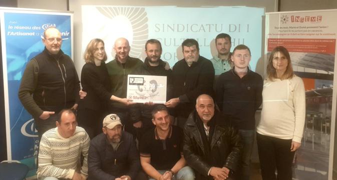"""Bastia : """"U sindicatu di i Cultellaghji Corsi"""" remet un chèque de 2 500€ à Inseme"""