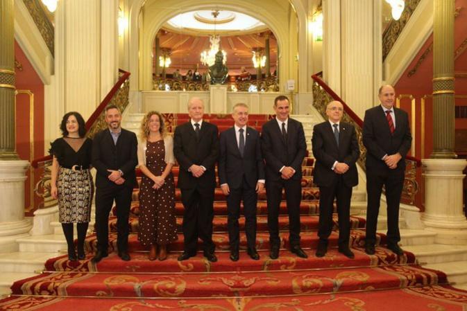 Le président de l'Exécutif corse, Gilles Simeoni, sur la scène du théâtre historique Arriaga de Bilbao, entouré du chef du gouvernement basque, du ministre de la culture, du président de la fondation Sabino Arana et des lauréats des quatre autres prix.