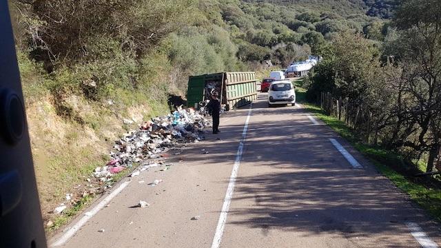 Un camion-poubelle se renverse à Giuncheto