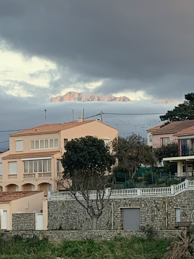 La photo du jour : le Monte Grossu émerge des nuages au dessus de Calvi