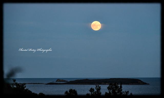 La super lune de ce soir, 9 mars, au-dessus des îles Cerbicali. Chantal Portaz Photographie