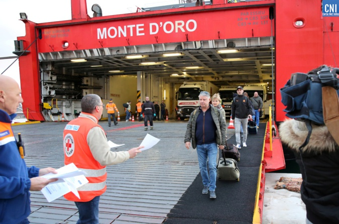 Les passagers débarquant ce 11 mars du Monte d'Oro où les bénévoles de la Croix Rouge les renseignent