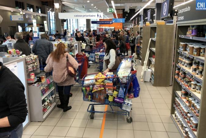 Malgré la grande fréquentation, les gens peinent à respecter les distances de sécurité dans les supermarchés (Photo : Michel Luccioni)