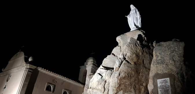 La statue de Notre-Dame de la Serra et sa chapelle visibles de nuit