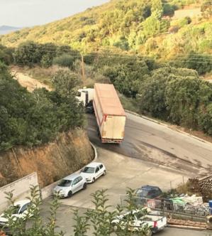Un camion peinant à grimper la pente de la la route de Teparella déverse des lixivats.