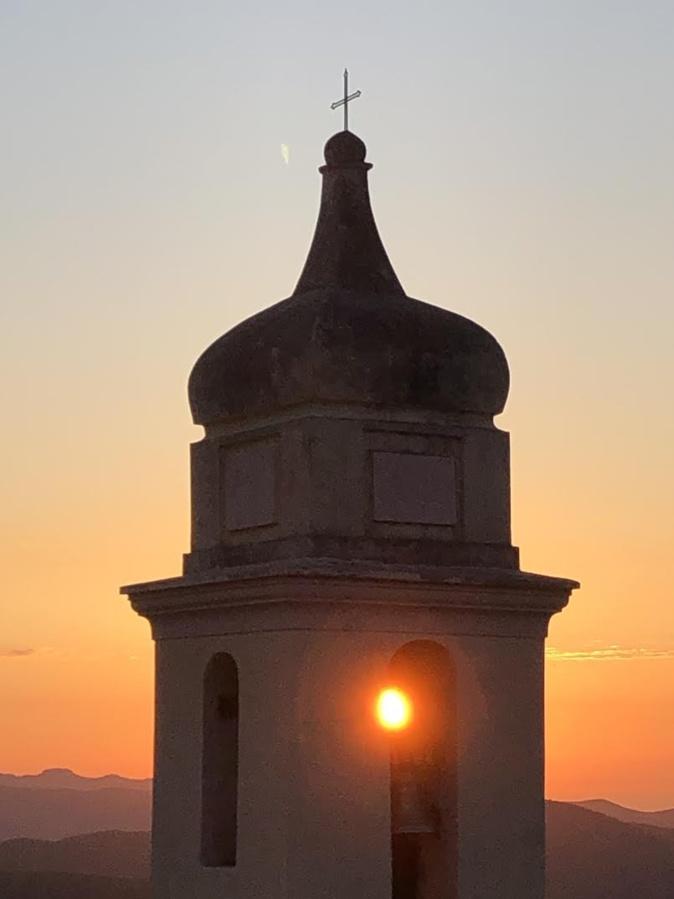 La photo du jour : Le soleil à travers le clocher de l'église d'Urtaca