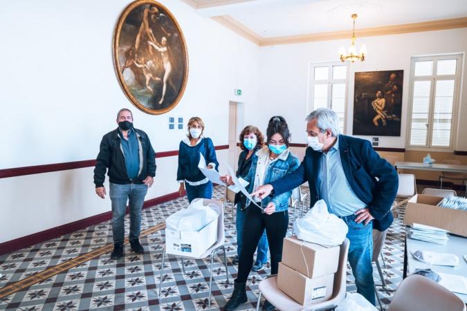 Dans la salle des fêtes de la mairie les premiers colis sont prêts pour la distribution, Photos  Eyefinity Prod