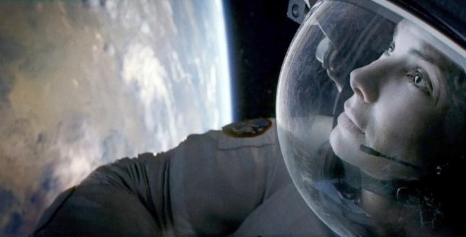 Dans Gravity, Sandra Bullock est confinée dans l'espace © Warner