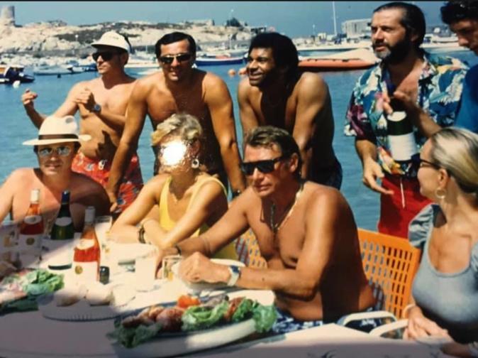 Sur la plage de la gare, Gérard Antonelli (chemise à fleurs, barbu) avait organisé un repas les pieds dans l'eau pour Johnny Hallyday (Collection GGuizol)