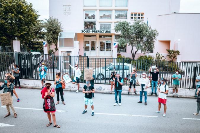 Les manifestants devant la sous-préfecture de Calvi (Reportage photos Eyeinfinity Prod)