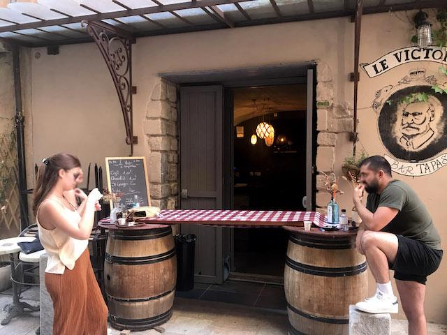 Des clients devant le Victor à la Citadelle de Bastia. : respect des gestes barrières et des règles de distanciation physique s (Photo Laurent Hérin)