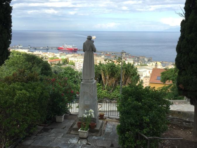 Sur les hauteurs de la ville, St Antoine veille sur Bastia.