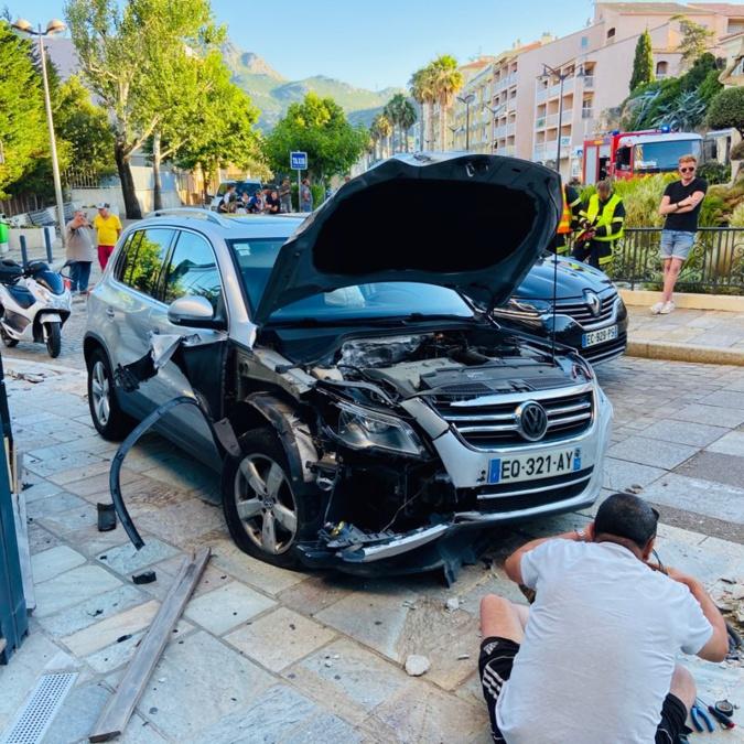 Spectaculaire accident dans le centre-ville de Calvi