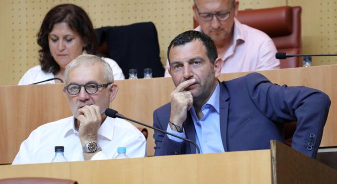 Jean-Charles Orsucci, maire de Bonifacio et président du groupe Anda Per Dumane à l'Assemblée de Corse, entouré des membres de son groupe. Photo Michel Luccioni.
