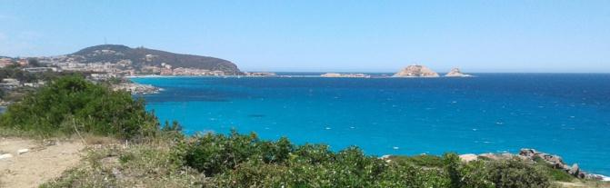 Les différents Bleus de la mer devant l ile de la Pietra et Lisula Rossa (Bernard Lorriaux)