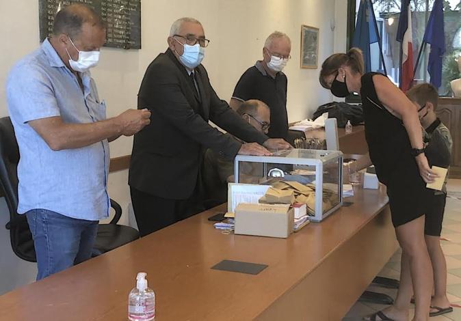 EN DIRECT - Second tour des municipales 2020 en Corse : les bureaux de vote fermés, le dépouillement commence