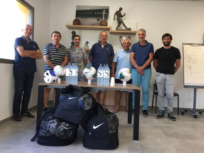 Dominique Basteri, 2ème en partant de la gauche, et les dirigeants de la LCF, ont commencé à remettre les ballons aux clubs. Ici Pieve di Lota, AS Furiani-Agliani et Bastia Agglo Futsal.