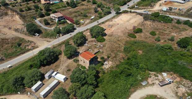 Au premier plan, la cathédrale Sant'Appianu et au second plan, le site en cours de fouille. Photo inrap.