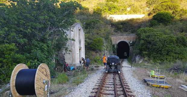 L'installation des réseaux de fibre dans les tunnels et sur les voies ferrées.