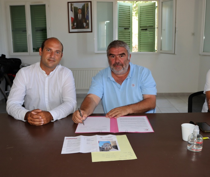 Dominique Andréani signant la convention de partenariat avec  la Fondation du patrimoine