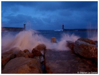 Fin de journée sur le Vieux-port de Bastia : Le vent est tombé mais la houle est toujours là. (Photo Stéphan Le Gallais)