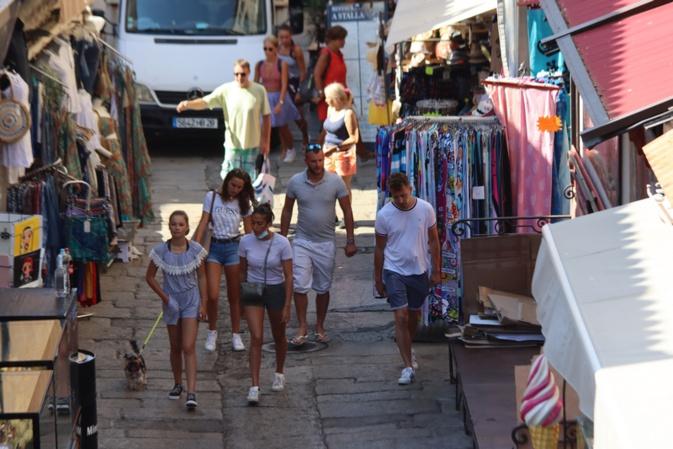 Dans la rue Clemenceau à Calvi le port du masque tarde à se concrétiser