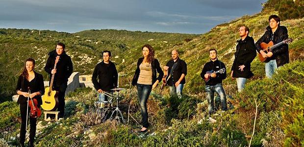 Le collectif Dopu Cena, huit artistes engagés dans la défense du patrimoine musical et culturel insulaire. (Photo: DR)