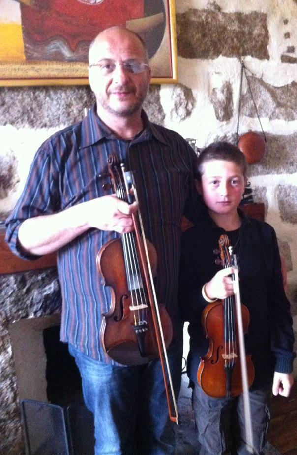 Michel Solinas, ici avec son jeune fils Arthur, déjà musicien en herbe. (Photo: DR)