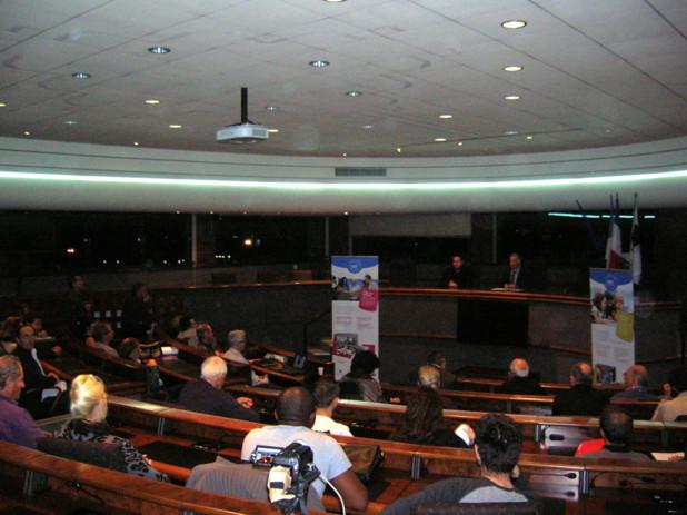 La conférence, accueillie par le maire d'Ajaccio Simon Renucci a été suivie par un public attentif aux travaux des scientifiques. (Photo: Y C Garcia)