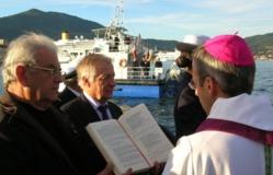 C'est en présence du maire d'Ajaccio, du préfet de Corse du Sud Patric Strzoda et de nombreux officiels, que l'évêque de Corse Mgr Olivier de Germay a prononcé une bénédiction avant qu'une gerbe soit jetée à la mer. (Photo: Yannis Christophe Garcia)
