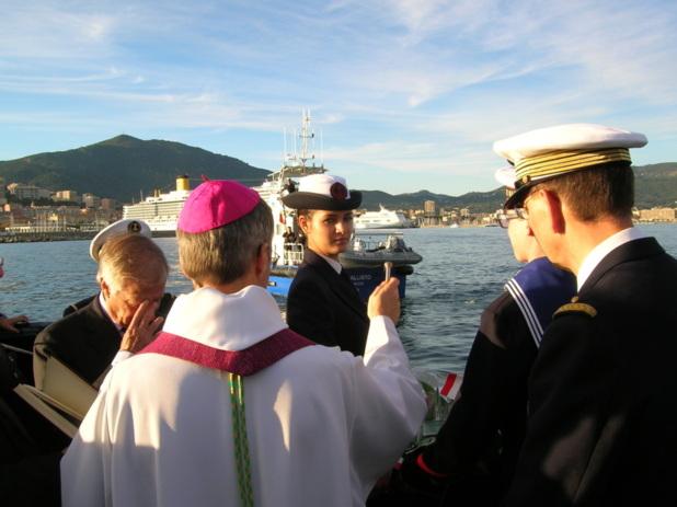 """""""ll ne suffit pas de gagner la guerre, il faut surtout gagner la paix"""" a déclaré Mgr Olivier de Germay, après avoir prononcé sa bénédiction en mer. (Photo: Yannis Christophe Garcia)"""