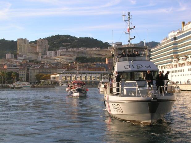 Les bâtiments de la Marine Nationale, des Affaires maritimes et de la SNSM ont escorté le remorqueur Persevero durant la cérémonie au large du golfe d'Ajaccio. (Photo: Yannis Christophe Garcia)