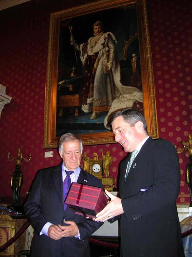 L'ambassadeur des USA et le maire d'ajaccio ont échangé des cadeaux lors de la cérémonie. (Photo: Yannis Christophe Garcia)