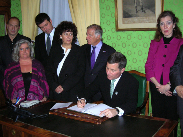 L'ambassadeur des Etats-Unis a signé le livre d'or dans le bureau du maire d'Ajaccio avant de se rendre à la maison natale de Napoléon pour une brève visite. (Photo: Yannis Christophe Garcia)