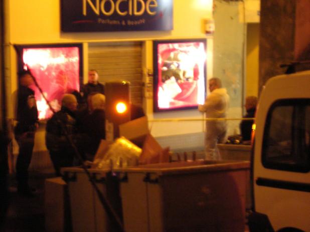 Les techniciens de la police technique et scientifique ont procédé à un examen minutieux de la scène de crime, à la recherche d'éléments matériels ayant pu être laissés sur place par le meurtrier de Jacques Nacer. (Photo: Yannis Christophe Garcia)