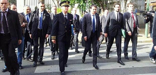Dès la fin de la réunion avec les élus Manuel Valls s'est rendu sur les lieux de l'assassinat de Jacques Nacer (Photos Marilyne Santi)