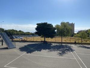 Derrière la cours sera construit le jardin partagé et le nouveau restaurant scolaire.