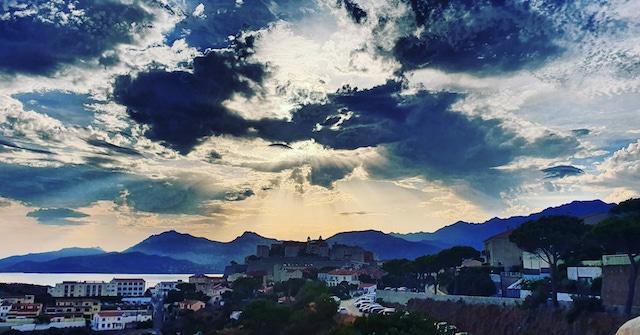 Ciel tourmenté au-dessus de Calvi (Photo Eric Frulani)