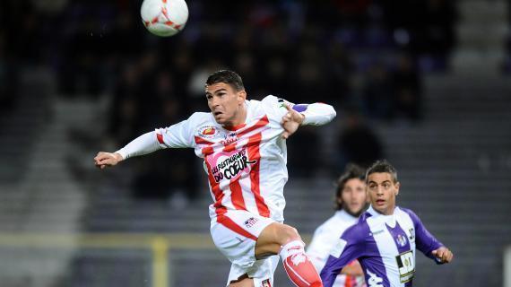 Depuis 2008 qu'il porte le maillot blanc et rouge, Medjani donne le meilleur de lui-même, comme ici face à Toulouse (Rémy Gabalda/AFP)
