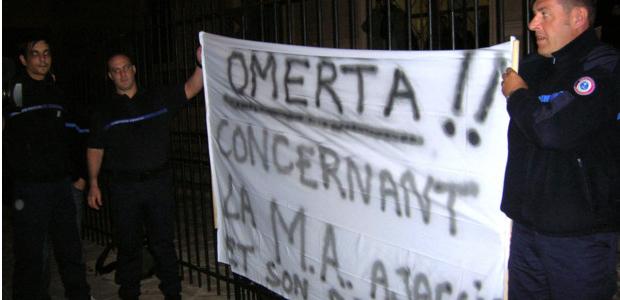 Le personnel pénitentiaire de la maison d'arrêt d'Ajaccio, en colère, a accueilli la ministre de la justice avec des banderoles explicites sur le contenu de ses revendications. (Photo: Yannis Christophe Garcia)