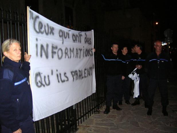 Les propos récents du ministre de l'intérieur Manuel Valls n'ont pas manqué de faire réagir les manifestants qui ont redirigé le message pour illustrer leurs attentes quant au devenir de la maison d'arrêt. (Photo: Yannis Christophe Garcia)