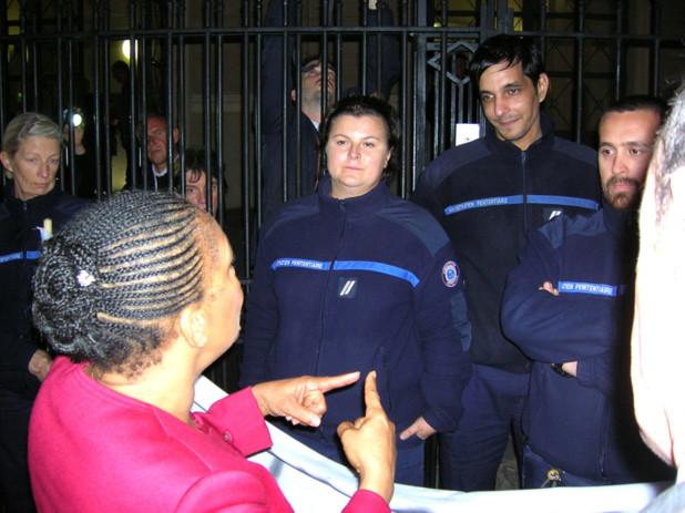 Après s'être informée des revendications des personnels de la maison d'arrêt, la ministre a promis de revenir les voir pour évoquer le dossier du devenir de l'établissement le plus vieux de France. (Photo: Yannis Christophe Garcia)