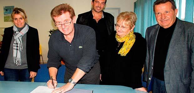 Le président Jean-Claude Franceschi , visiblement satisfait, signe la convention avec les partenaires du CIAS