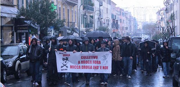 """Environ 250 personnes étaient réunies pour manifester à Ajaccio à l'appel du collectif """"A droga fora"""". (Photo Marilyne Santi)"""